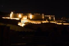 在晚上被照亮的琥珀色的堡垒 库存图片