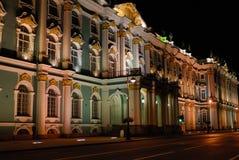 在晚上被照亮的门面,圣彼德堡 免版税库存图片