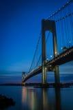 在晚上被看见的Verrazano桥梁 免版税库存图片