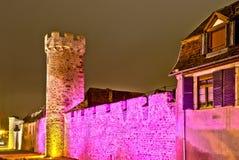 在晚上被突出的老中世纪堡垒墙壁 免版税图库摄影