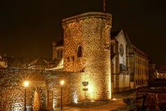 在晚上被突出的老中世纪堡垒墙壁 库存照片