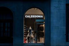 在晚上被采取的商店的Calzedonia商标 Calzedonia是妇女内衣专门研究的意大利时尚品牌 库存照片