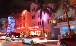 在晚上被阐明的海洋驱动在迈阿密海滩 免版税库存照片