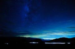 在晚上观看在山的星系 免版税图库摄影