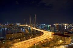在晚上观看城市,横跨海湾的桥梁在晚上,有很多明亮的光 图库摄影