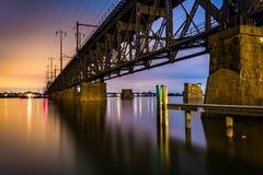 在晚上铺铁路在萨斯奎哈那河的桥梁,在阿弗尔de 免版税库存照片