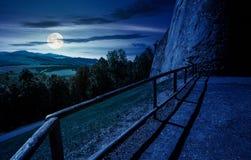 在晚上防御墙壁和栏杆在小山 库存图片