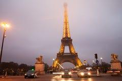 在晚上雾的埃佛尔铁塔周围 库存图片