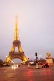 在晚上雾的埃佛尔铁塔周围 免版税库存照片
