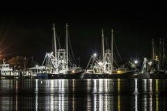 在晚上靠码头的虾小船 免版税图库摄影