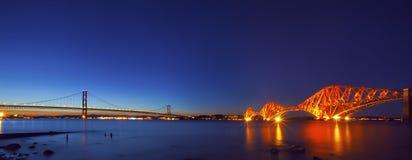 在晚上黄昏的路和铁路运输桥梁 免版税图库摄影