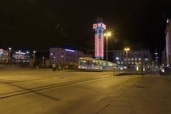 在晚上,主要railw运输在中央驻地的市中心 免版税库存图片