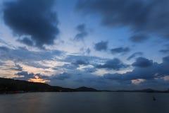 在晚上,天空云彩 免版税库存照片