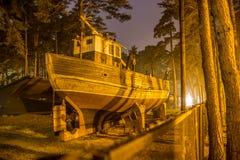 在晚上,文茨皮尔斯,拉脱维亚入干船坞船 免版税库存照片