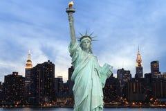 在晚上,纽约降低曼哈顿地平线 库存图片