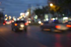 在晚上, abstact bokeh背景弄脏在街道上的轻的汽车 免版税库存照片
