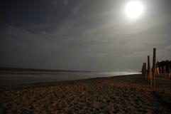 在晚上离开的海滩 免版税库存照片