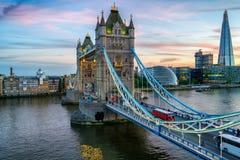 在晚上黄昏的塔桥梁 免版税库存图片