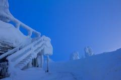 在晚上滑雪胜地的积雪的大厦 免版税库存图片