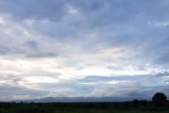 在晚上befor日落的天空 免版税库存照片