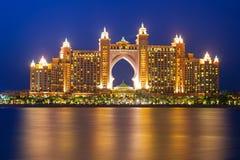 在晚上iluminated的亚特兰提斯旅馆在迪拜 免版税库存图片