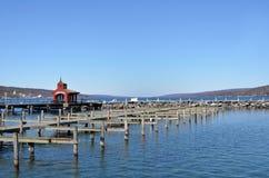 在晚冬Seneca湖期间的空的港口 免版税库存照片