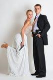 在晚礼服的美好的间谍夫妇与枪 免版税图库摄影