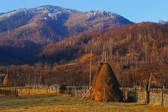 在晚秋天期间的罗马尼亚村庄 免版税图库摄影