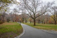 在晚秋天-纽约,美国期间的中央公园走道 图库摄影