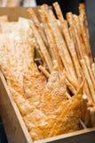在晚餐前的饼干酥脆面包开胃菜 免版税库存照片