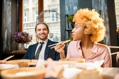 在晚餐期间的商人在餐馆 免版税库存照片