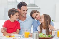 在晚餐期间的逗人喜爱的家庭 免版税图库摄影