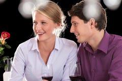 在晚餐的夫妇在工作以后 免版税图库摄影