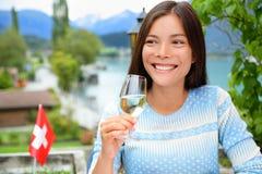 在晚餐的妇女饮用的酒在瑞士 免版税库存图片