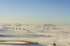 在普利亚和巴斯利卡塔之间 与农舍的多雪的小山风景 -意大利 免版税图库摄影