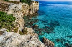 在普利亚的海岸的岩石小海湾 免版税库存图片