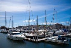 在普利茅斯小游艇船坞和游艇停泊的小船 图库摄影