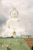 在普吉岛海岛上的大菩萨纪念碑在泰国 库存照片