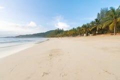 在普吉岛海岛上的离开的含沙热带海滩 库存照片