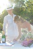 在普吉岛的婚礼夫妇 库存图片