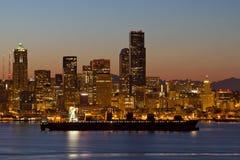 在普吉特海湾西雅图地平线的集装箱船 免版税库存照片