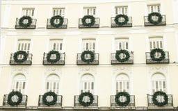 在普埃尔塔del Sol马德里的装饰的大厦 库存照片