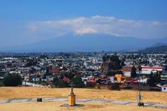 在普埃布拉、墨西哥和Popocatepetl火山的Cholula金字塔 免版税库存照片