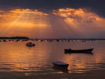 在普尔港小船的太阳光芒 免版税库存图片