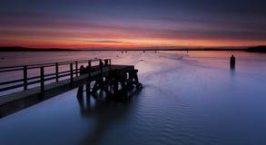 在普尔港的日落Hamworthy码头的 库存照片