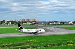 在普尔科沃国际机场抽签(星空联盟号衣)波兰人航空公司巴西航空工业公司ERJ-170飞机在圣彼德堡,俄罗斯 库存照片