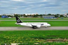 在普尔科沃国际机场抽签(星空联盟号衣)波兰人航空公司巴西航空工业公司ERJ-170飞机在圣彼德堡,俄罗斯 库存图片