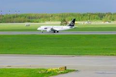在普尔科沃国际机场抽签(星空联盟号衣)波兰人航空公司巴西航空工业公司ERJ-170航空器在圣彼德堡,俄罗斯 图库摄影