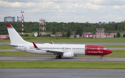 在普尔科沃机场的跑道的波音737-800 (LN-NHB)挪威空气梭 免版税库存照片