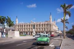 在普拉多大道的经典美国汽车, Gran theatro de la哈瓦那在背景中 免版税库存图片